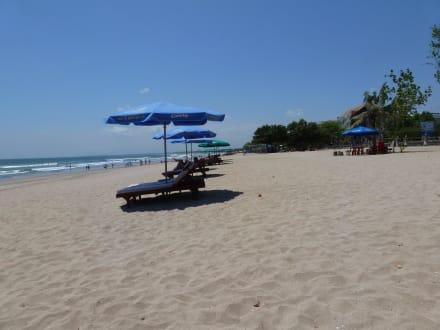 Liegen am Strand von Kuta - Strand Kuta