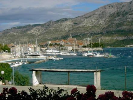 Der Jachthafen und die Stadt Korcula vom Ufer nahe des Hotel - Hafen Korcula