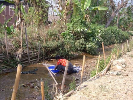 Hausarbeiten am Bach - Inle See