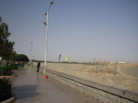 Der Staudamm und das Denkmal im Hintergrund. - Assuan Staudamm