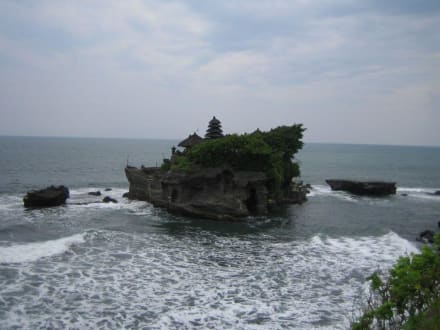 Der Tempel Tanah Lot auf der Felsspitze im Meer. - Tempel Tanah Lot