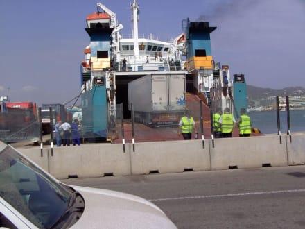Beladung einer Fähre - Hafen Ibiza Stadt
