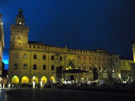 Das Rathaus an der Piazza Maggiore - Piazza Maggiore