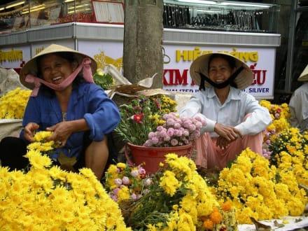 Sonnengelbe Blumen auf dem Markt - Markt