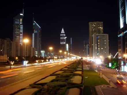 Sheik Zayed Road bei Nacht - Sheikh Zayed Road