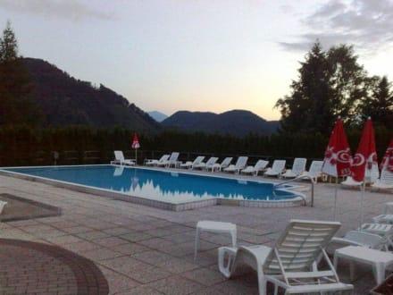 Schwimmpool bild hotel lindenhof in st kanzian am for Schwimmpool angebote