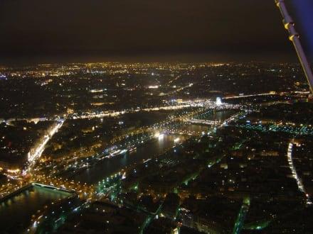 Blick vom Eiffelturm zum Riesenrad bei Nacht - Eiffelturm