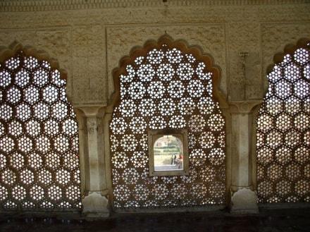 Blick durch ein Sandsteinfenster auf den Hof des Fort Amber - Fort Amber