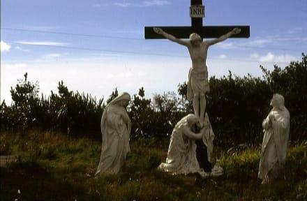 Kreuzanbetung vor der Kirche von Claddagduff - Inselfriedhof