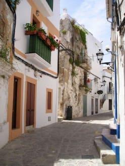 Krasse Gegensätze in der Altstadt Ibizas - Altstadt Dalt Vila Ibiza