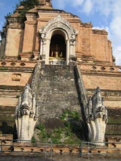 Wat Chedi Luang von der Seite - Wat Chedi Luang