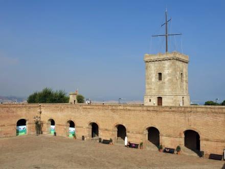 Innenhof mit Turm - Castell de Montjuïc