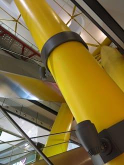 Mächtige Säulen stützen das Gebäude - Einkaufszentrum Las Arenas