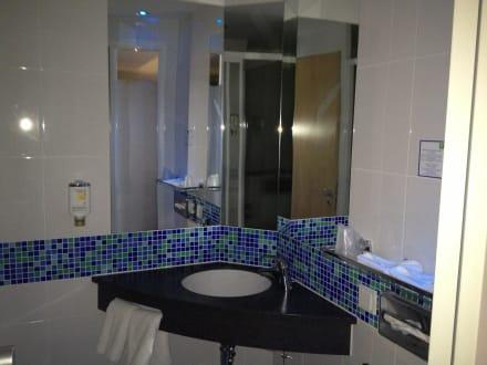 Sch nes badezimmer bild hotel holiday inn express - Badezimmer stuttgart ...