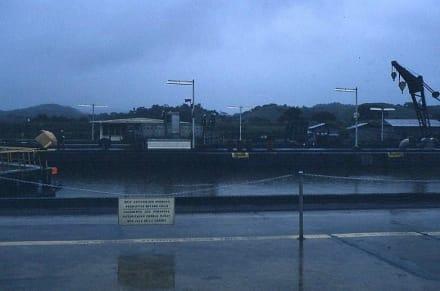 "Die Hinweistafel ""0nly authorized people"" - Panamakanal"