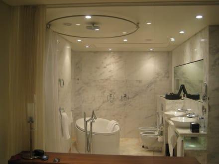 badezimmer mit glaswand bild hotel media one in dubai dubai vereinigte arabische emirate. Black Bedroom Furniture Sets. Home Design Ideas