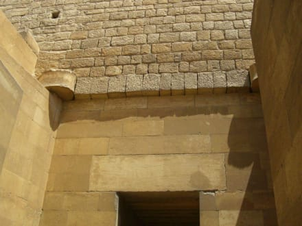 Links und Rechts oben ehemaliges Türscharnier - Stufenpyramide / Pyramide von Djoser