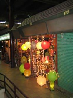 Ein weiterer Stand mit Lampen. - Nachtmarkt