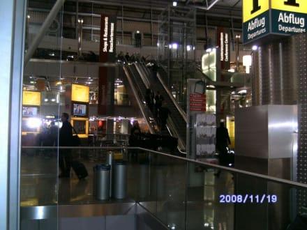 Klavierspieler im Hintergrund - Flughafen Düsseldorf (DUS)