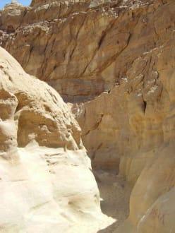 Durch den  Canyon - Coloured Canyon
