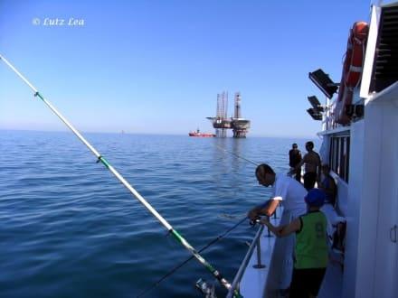 Bohrinsel und Angler - Ausflug mit der Rossana auf die Adria