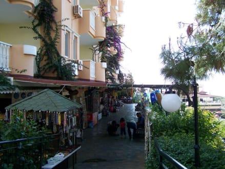Shoppingstr. am Tag  - Einkaufsstrasse Club Paradiso