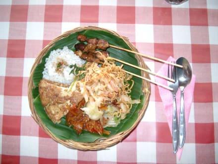 Typisches balinesisches Essen - Fahrt im Kübelwagen