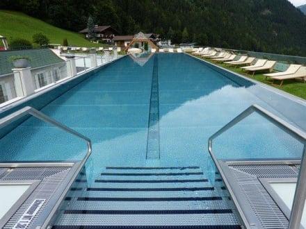 25m schwimmpool bild stock resort in finkenberg for Schwimmpool angebote