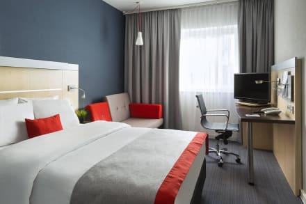 Gästezimmer mit Queensize-Bett und Schlafsofa - Hotel Holiday Inn Express München Messe