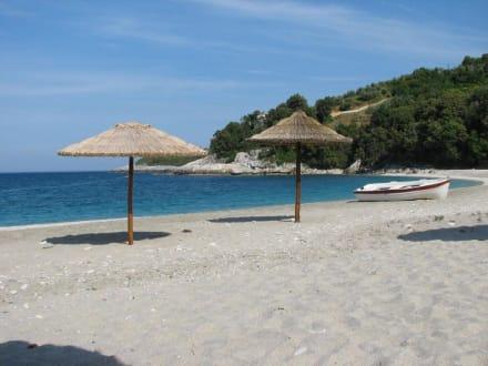 Traumstrand mit 2 Sonnenschirmen - Strand Aghios Ioannis