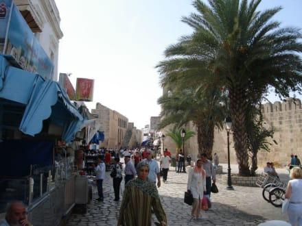Reges Treiben schon vor der Medina - Medina