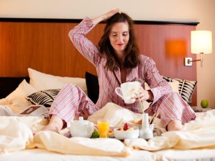 zimmerservice fr hst ck im bett im carat hotel bild carathotel d sseldorf in d sseldorf. Black Bedroom Furniture Sets. Home Design Ideas