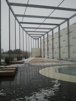 hotel sauna aussenbereich bild hotel therme laa an der. Black Bedroom Furniture Sets. Home Design Ideas