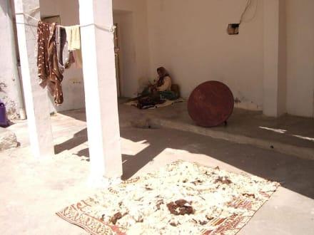 Frau beim Besenbinden! - Le Nomade (Berbertour)