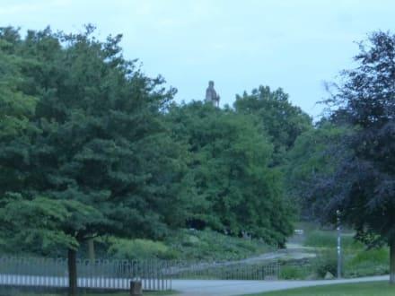 Blick vom Südausgang rüber zum Bismarck-Denkmal - Parkanlage Planten un Blomen