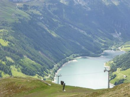 Blick von Königsleiten auf den Speichersee - Skigebiet Königsleiten