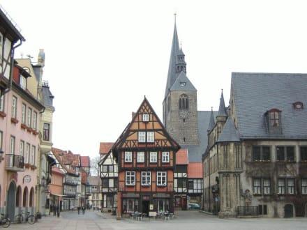 Der Marktplatz am Rathaus  - Altstadt Quedlinburg