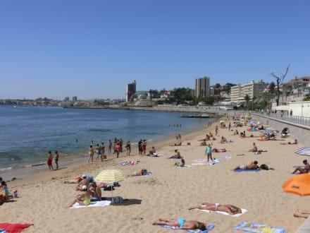 Feinsandiger Strand mitten im Ort - Strand Estoril