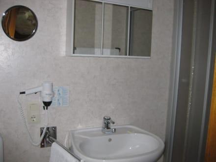 Badezimmer mit Dusche - Hotel Bockelmann