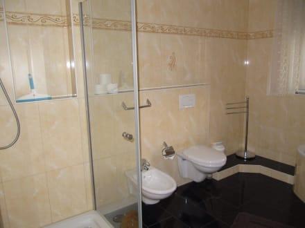 bad mit dusche wc bidet bild pension marianna in rust baden w rttemberg deutschland. Black Bedroom Furniture Sets. Home Design Ideas