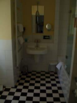 Badezimmer im altbau bild a rosa resort travem nde in - Altbau badezimmer ...