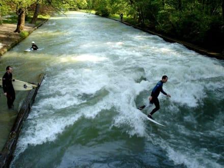 Surfer auf dem Eisbach im Englischen Garten - Englischer Garten