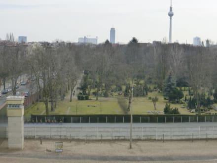 Blick V Aussichtsturm Auf Nachbau Der Grenzanlage Bild Gedenkstatte Berliner Mauer In Berlin Mitte