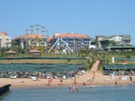 Blick aufs Hotel vom Meer aus - Bootstour Calypso Colakli