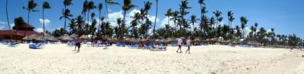 Hotelstrand mit Strandbar -  Bavaro Princess All Suites Resort, Spa & Casino