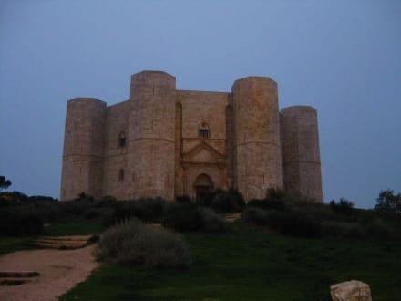 Blick auf die Burg am Abend - Castel del Monte