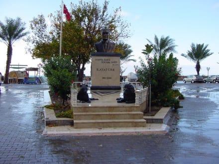 Denkmal von Atatürk - Hafen Side