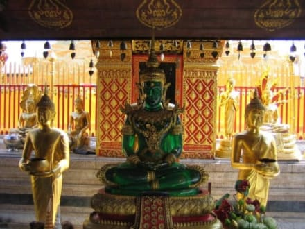 Eine grüne Budafigur. - Wat Phrathat Doi Suthep
