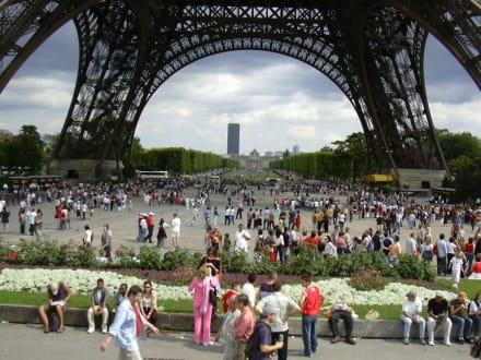 Blick durch den Eiffelturm - Eiffelturm