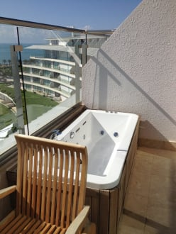 whirlpool badewanne auf dem balkon bild maxx royal belek. Black Bedroom Furniture Sets. Home Design Ideas